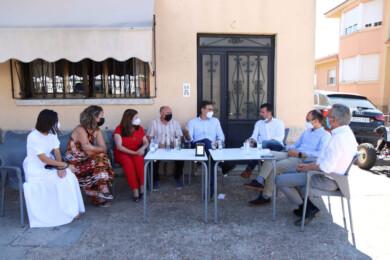 Psoecyl / ICAL. Pedro Sánchez, Tudanca y miembros del PSOE de Salamanca en una terraza de Calvarrasa de Arriba.