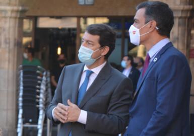Alfonso Fernández Mañueco y Pedro Sánchez, en la Plaza Mayor de Salamanca.