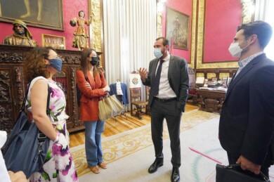 Carlos Arranz / ICAL . El alcalde de Valladolid, Oscar Puente, y la concejala de Cultura y Turismo, Ana Redondo, reciben a los responsables de contenidos de Netflix.