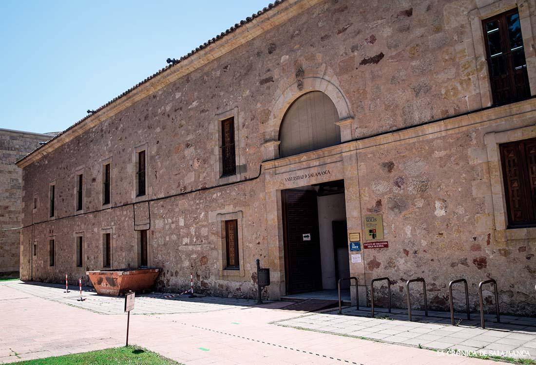 El Colegio Menor de Huérfanos de Salamanca que funda Francisco de Solis es donde se está la Facultad de Educación y Pedagogía, en Canalejas.