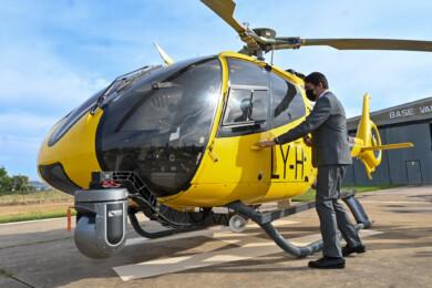 El consejero de Fomento y Medio Ambiente, Juan Carlos Suárez-Quiñones en la presentación del nuevo helicóptero para extinguir incendios.