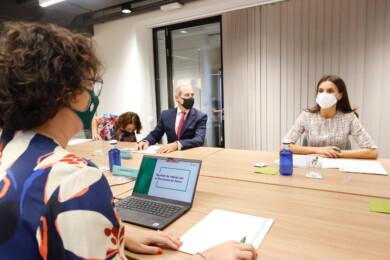 La Reina ha presidido una de las habituales reuniones de trabajo en la sede de la Asociación Española Contra el Cáncer. Foto. Casa Real.