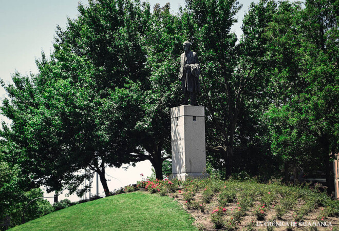 La estatua que Salamanca dedica a Filiberto Villalobos.