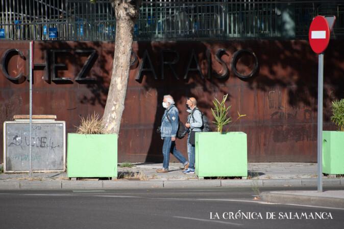 Dos personas pasean por la acera del multiusos Sánchez Paraíso, en Garrido.