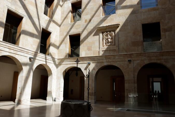 El interior de la nueve sede de la sede de Cursos Internacionales de la Universidad de Salamanca, ubicada en el antiguo colegio de San Bartolomé.