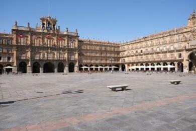 La Plaza Mayor completamente vacía debido a las altas temperaturas.