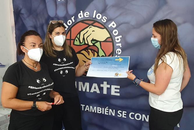 María Teresa Hernández entrega la recaudación a responsables del Comedor de los Pobres.