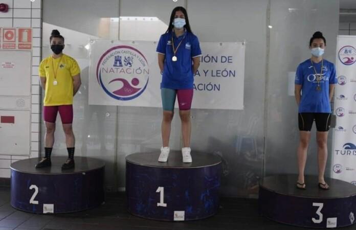 Jerina Gutiérrez, nadadora del Club Acuático Salamanca, logró 10 metales en el campeonato Autonómico de Verano de Natación 'Río Esqueva', en Valladolid.