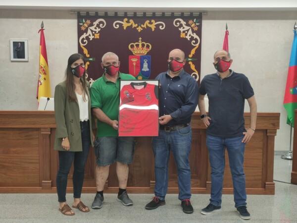 El alcalde y la concejala de Deportes de Villares de la Reina reciben la equipación del Club Deportivo Villares.