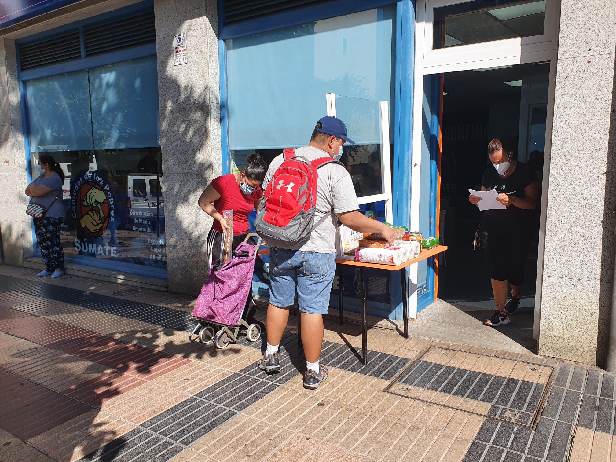 Personas en la entrada de la sede del Comedor de los Pobres, en Salamanca.