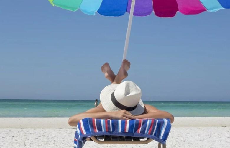 tomar el sol protector solar playa verano pixabay