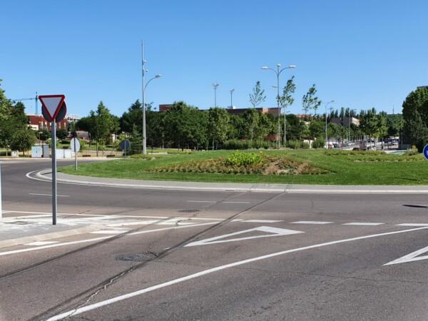 Un vehículo atraviesa la rotonda de la rotonda del puente de la Universidad. (2)