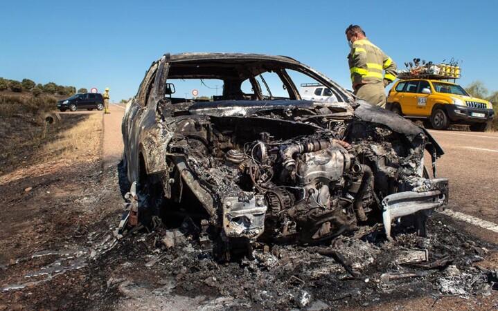 Vicente ICAL . El incendio de un vehículo en Carpio de Azaba en (Salamanca) provoca un incendio forestal junto a la N-620. (1)