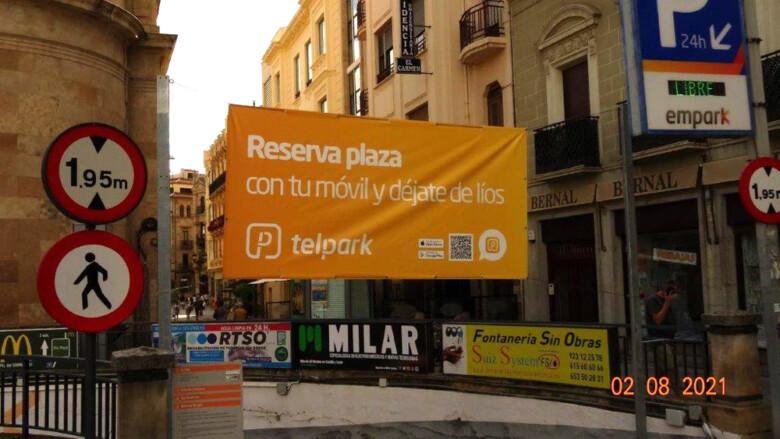 El cartelón de la entrada al aparcamiento de Santa Eulalia.