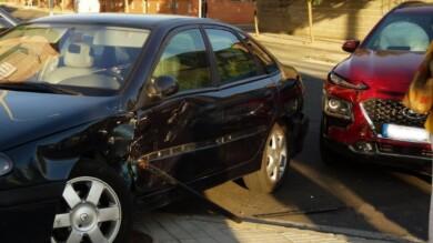 Los dos vehículos implicados en el choque del cruce en las calles de Chamberí.