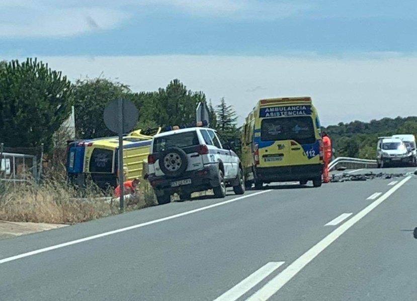Una fallecida y dos heridos al colisionar un turismo y una ambulancia. Foto. Emergencias.