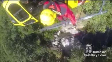 El grupo de rescate de Protección Civil auxilia a un varón herido en Candelario. Foto. Junta CyL.