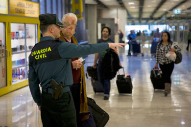 Un guardia civil en el aeropuerto Adolfo Suárez Madrid-Barajas FOTO. Guardia Civil .