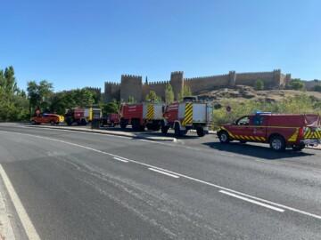 Los bomberos de la Diputación de Salamanca acuden al incendio de Navalacruz, en Ávila.