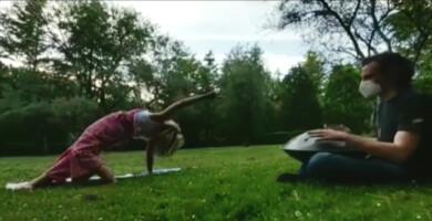 Marta Corrionero y Pablo Charro te proponen yoga al aire libre y música en directo el sábado 4 a las 11h.