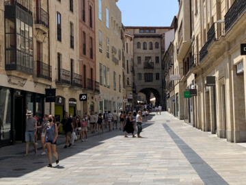 Los paseantes de la calle Toro a la hora central del día buscaban la sombra de los edificios en este jueves de ola de calor.