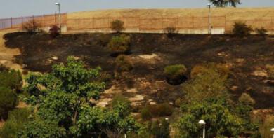 incendio 6 al fondo la valla del colegio de la Vega