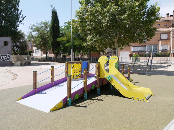 Juego adaptado ubicado en el Parque Ciudad de los Niños de Carbajosa.