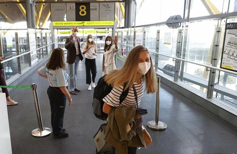 Los reyes y la infanta Sofía despiden a su hija Leonor, Princesa de Asturias, en el aeropuerto de Madrid. Fotos. Casa Real.