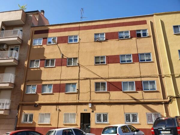 Portal y edificio de la calle Lazarillo de Tormes, 21, donde vidía el autor de los tiros de Garrido. (2)