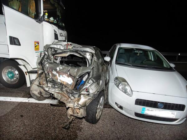 Vicente / ICAL . Accidente entre un camión y dos coches en la A-62, en Cuidad Rodrigo(Salamanca)