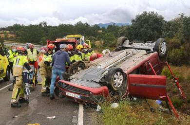 VIDENTE/ICAL. Dos heridos tras el vuelco de un turismo en Morasverdes (Salamanca)