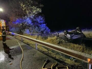 Bomberos Diputación Valladolid / ICAL . Fallece el conductor de un turismo al salirse de la vía en Berrueces (Valladolid)