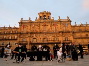 Friday For Future organiza un juicio por el planeta en la Plaza Mayor de Salamanca.