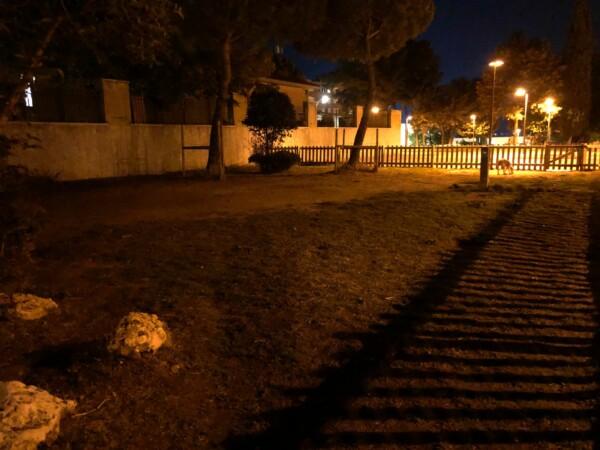 El pipicán del parque Isidro García Barrado, ubicado en la calle Lugo, por la noche.