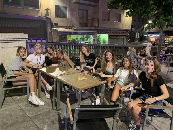 Un grupo de chicas con la cara pintada como señal de novatada.