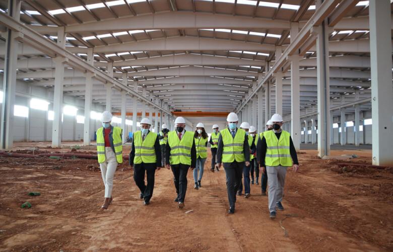 JL Leal / ICAL . El presidente de la Junta, Alfonso Fernández Mañueco, visita las instalaciones de la empresa LatemAluminium.