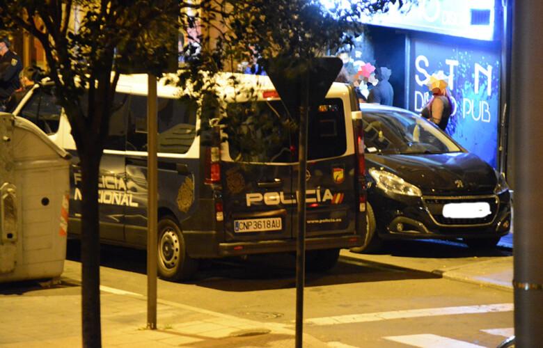Varias patrullas de la Policía Local y Nacional acuden a la calle Pérez Oliva.