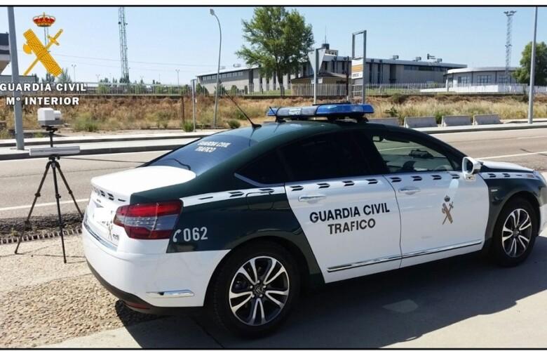 Un vehículo de la Guardia Civil con radar.