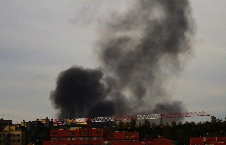 Fuego en unas casetas de obra en Villamayor, cerca del campo de golf.