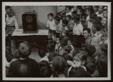 Niños escuchando Radio Nacional