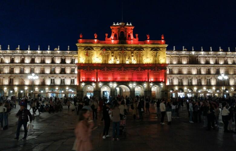 La fachada del Ayuntamiento en la Plaza Mayor de Salamanca lucen los colores de la bandera de España.