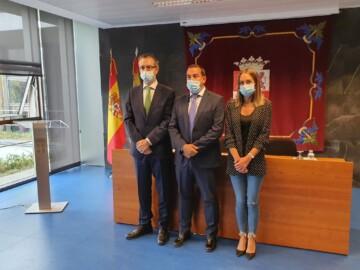 El gerente de Atención Primaria Luis Javier González, el delegado territorial, Eloy Ruiz; y la jefa del Servicio Territorial de Sanidad.